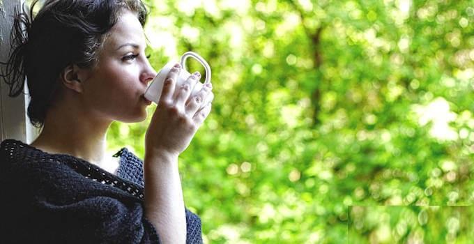 Женщина пьет чай из лекарственных трав