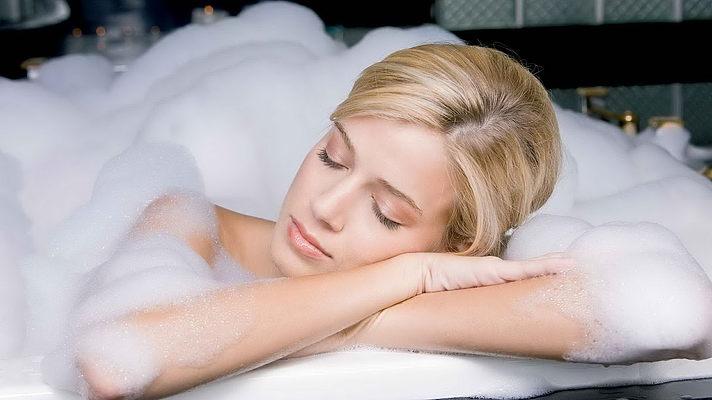 Теплая ванна способна уменьшить боли при кисте яичника