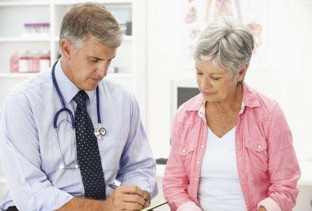 в менопаузе врач назначает комплексное лечене кисты яичника