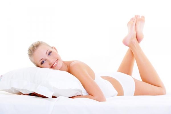 Женщина лежит на животе после секса